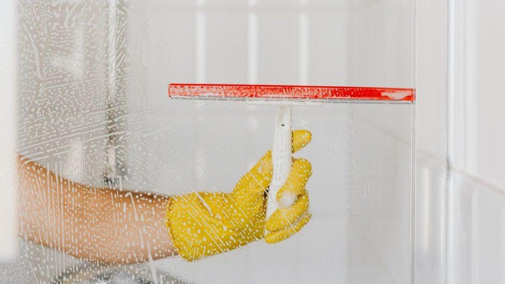 Welk materiaal heb ik nodig om de ramen te wassen schoonmaken?