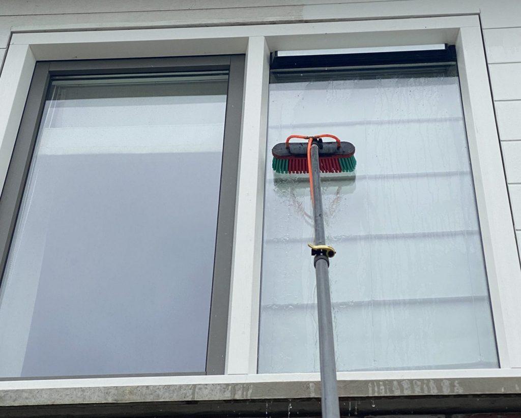 Ramen wassen water glazenwasser schoonmaken schoonmaakbedrijf cleanwash Groningen telescoopsteel raam glas borstel